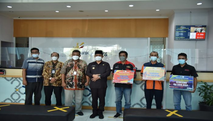 Bupati Beri Bantuan Rp 500 Ribu untuk Sopir, Kernet dan Juru Parkir