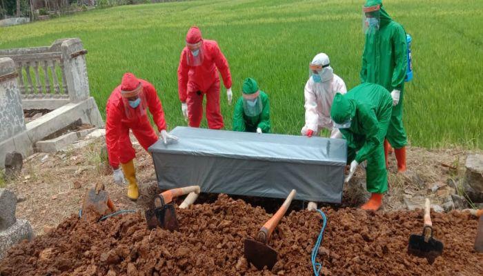Pemakaman dengan protokol Covid-19 di Desa Tanuharjo Alian dan Desa Gebluk Buayan